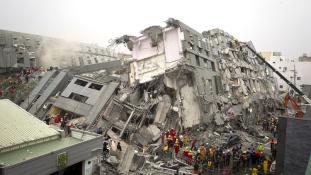 Tajvanon még több mint száz ember után kutatnak a romok alatt