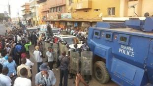 Forró a helyzet Ugandában, a fővárost ellepték a rendőrök és a katonák