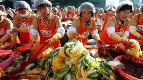 Dél-koreai nők kimcshit készítenek