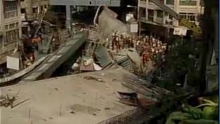 Beomlott felüljáró gyilkolt Indiában (videó)