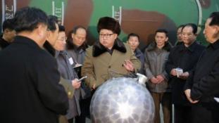 Kim Dzsongun már megint rakétákkal lövöldöz