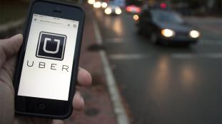 Autógumikat gyújtogatnak az Uber miatt a taxisok