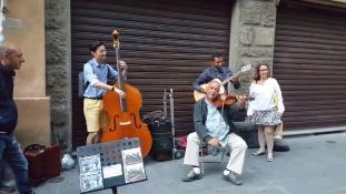 Beszállt az olasz zenészekhez a koreai turista