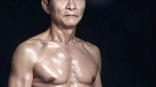 Huszonéves teste van a világ legerősebb nagypapájának