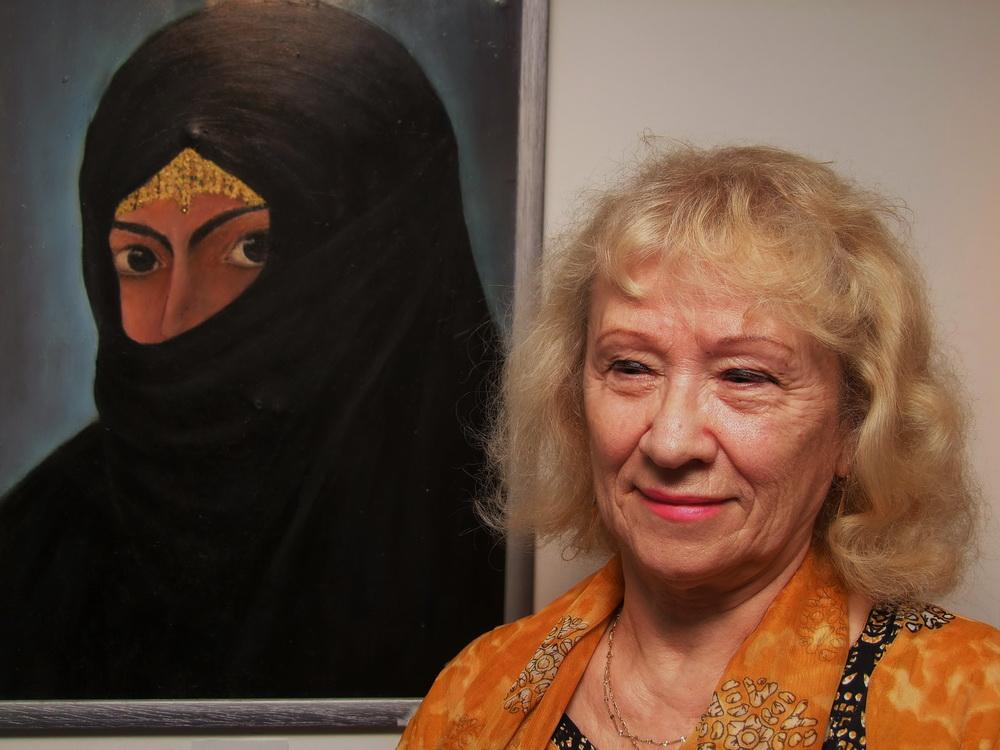 Fekete Mária egyik festménye előtt