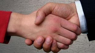 Visszautasíthatják ezentúl a tanárnőik kezét a muszlim diákok Svájcban