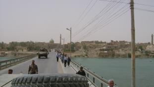 Irakban civilek tízezrei rekedtek a harctéren