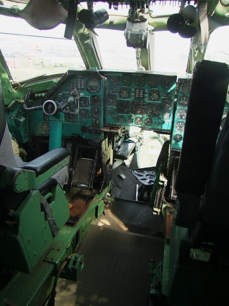 a TU 134-es pilótafülkéje - a navigátor az üvegezett orr-részben foglalt helyet