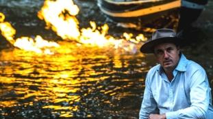 Felgyújtott egy folyót a zöld politikus