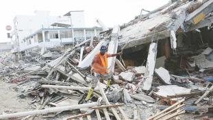 Több mint 100 embert kimentettek, de még mindig nő az áldozatok száma Ecuadorban