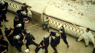 Gyerekeket kínoznak a zsaruk Egyiptomban