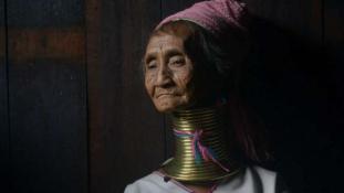 Hazavágynak a hosszú nyakú nők