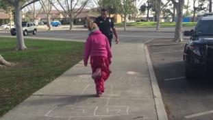 Hajléktalan kislánnyal ugróiskolázott egy amerikai rendőr – videó