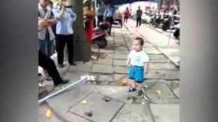 Ne húzz ujjat ezzel a kínai kisfiúval! (videó)