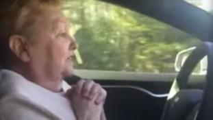 Így reagál a nagymama a magát vezető autóra