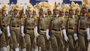 Rendőrnők védik a nőket Indiában