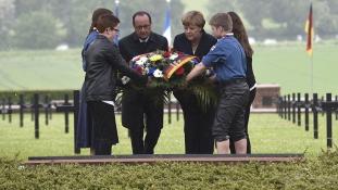 Merkel és Hollande Európa nevében koszorúzott Verdunben