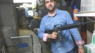 Géppisztollyal a kézben pózolt az iszlamista terrorista