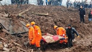 Földcsuszamlás hajnalban – 35 embert temetett maga alá a föld Kínában