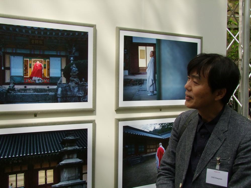 Cho Daeyeon a fotói előtt