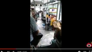 Közömbösen tűrték a buszon tomboló árvízt Kínában