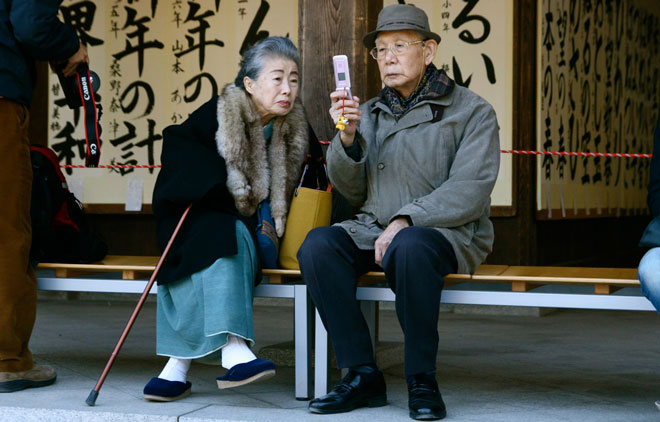 elderly-couple-with-cellphone