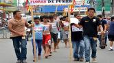 Táblákkal a nyakukban vonulnak a piacon a megszégyenített bűnözők