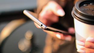 Nagyon megjárta egy nő, hogy a férje mobiljában kutakodott