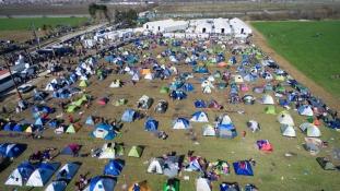 Elviszik a migránsokat az idomeni táborból
