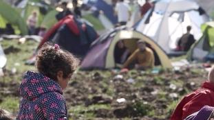 A migránsok távoztak, de a rendőrök Idomeniben maradnak