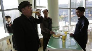 Sörözéssel mutatnak hűséget Kim Dzsongunnak
