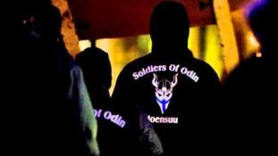 Egyszarvúval és csillámmal a szélsőjobbos gárdisták ellen