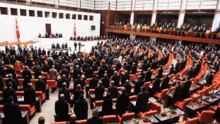 A parlamenti képviselők eltörölték a saját mentelmi jogukat Törökországban