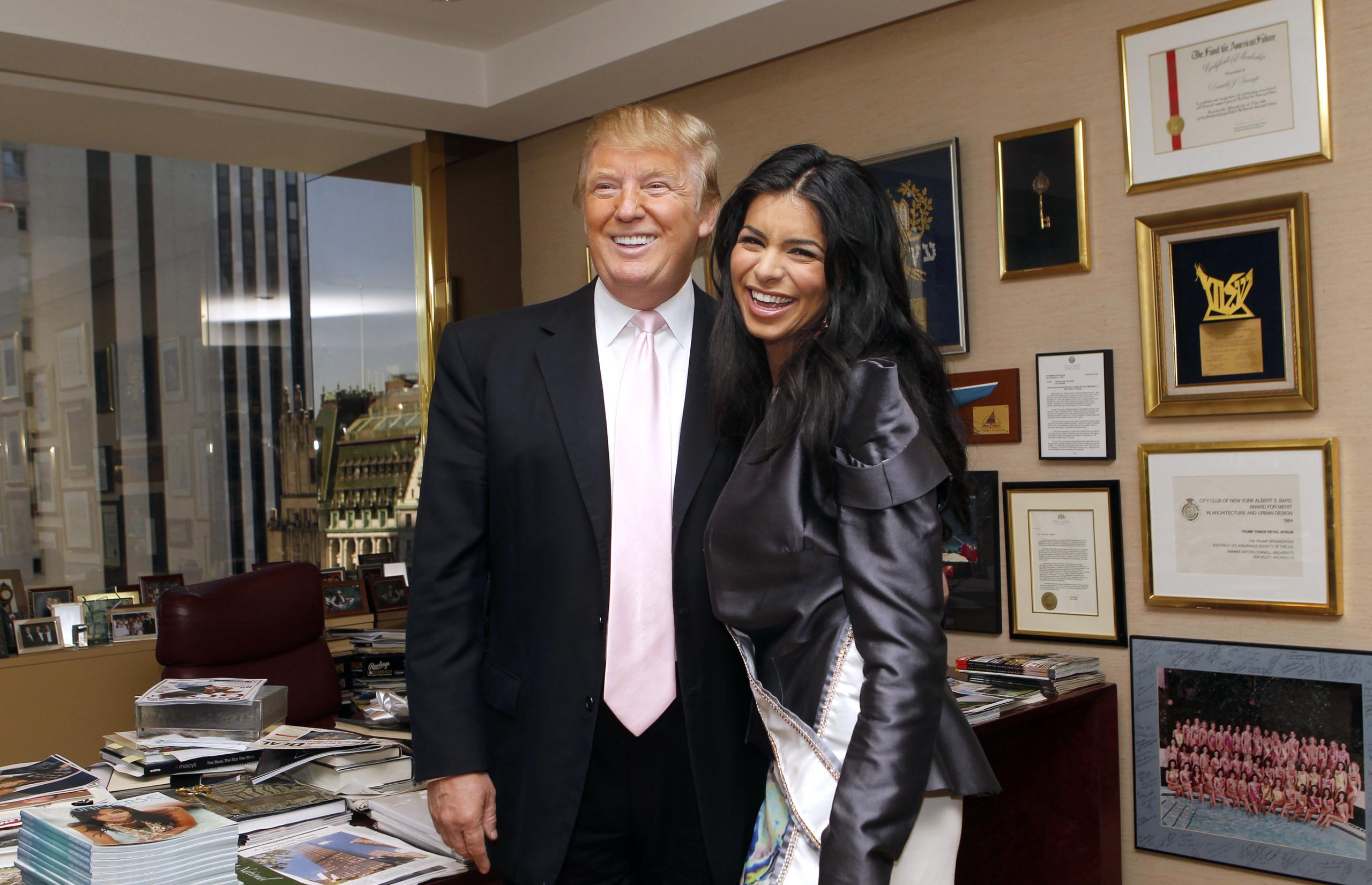 Rima Donald Trumppal pózol 2010-ben, a megkoronázása után.