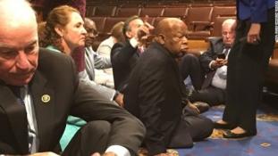 Demokrata képviselők ülősztrájkolnak a fegyvertartás szigorításáért