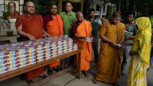 Buddhisták osztanak ételt muszlimoknak Bangladesben