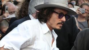 Johnny Depp párnával próbálta megfojtani párját?