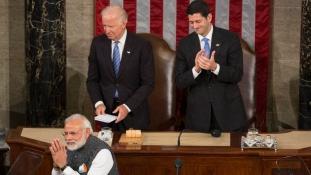 Állva tapsolták a Kongresszusban Modit, akit valaha be sem engedtek az Államokba