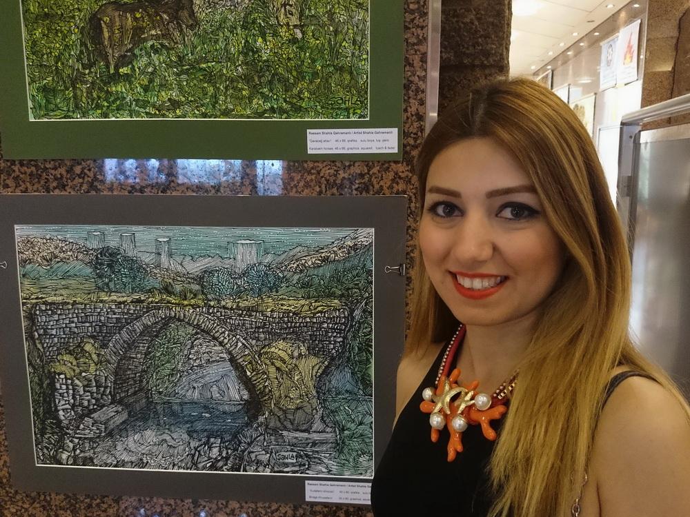 Shahla Gahramanli a festménye előtt