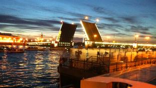 Vigyázó szemetek Pétervárra vessétek! Juncker és a Leningrad a nemzetközi gazdasági fórumon