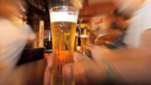 Megtámadtak egy pincérnőt Franciaországban, mert alkoholt szolgált fel a Ramadán alatt