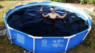 5.600 liter: ennyi Coca-cola kell egy medence feltöltéséhez