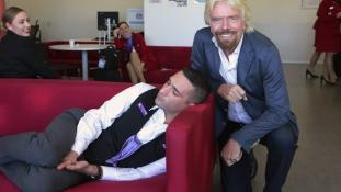 Elaludt a munkahelyén, Branson lefotózta