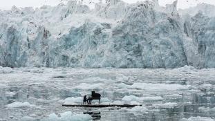 Szakadozó gleccserek közt a Sarkkörért zongorázott a világhírű művész