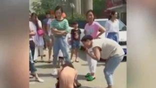 Sokkoló videó: Megtépte az utcán férje szeretőjét