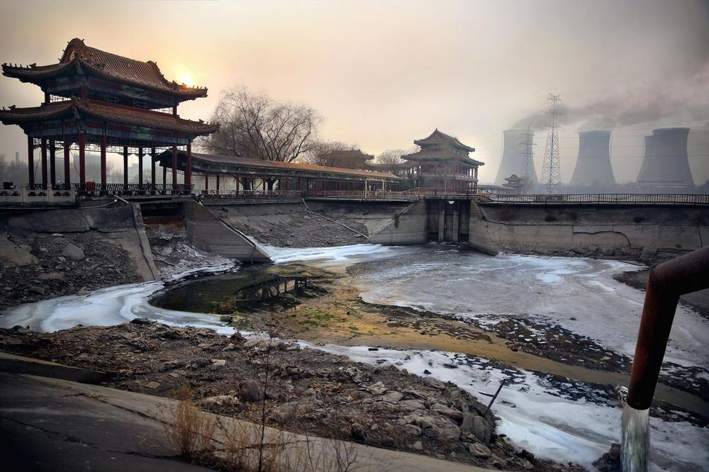 Egy acélgyár Peking külvárosában hulladékot pumpál egy kiszáradt tóba.