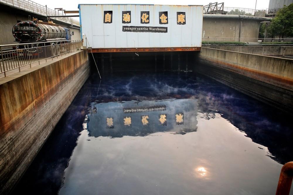 A textilgyárak hulladéka sokszor kékre vagy lilára festi a vizet.