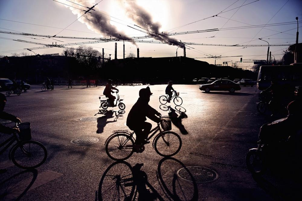 Gyerekek bicikliznek Pekingben.