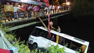 Gyerekekkel teli busz zuhant egy csatornába Törökországban