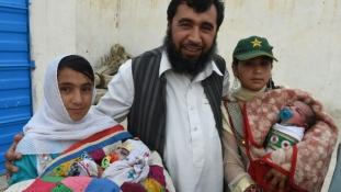 Száz gyerekre hajt egy pakisztáni férfi